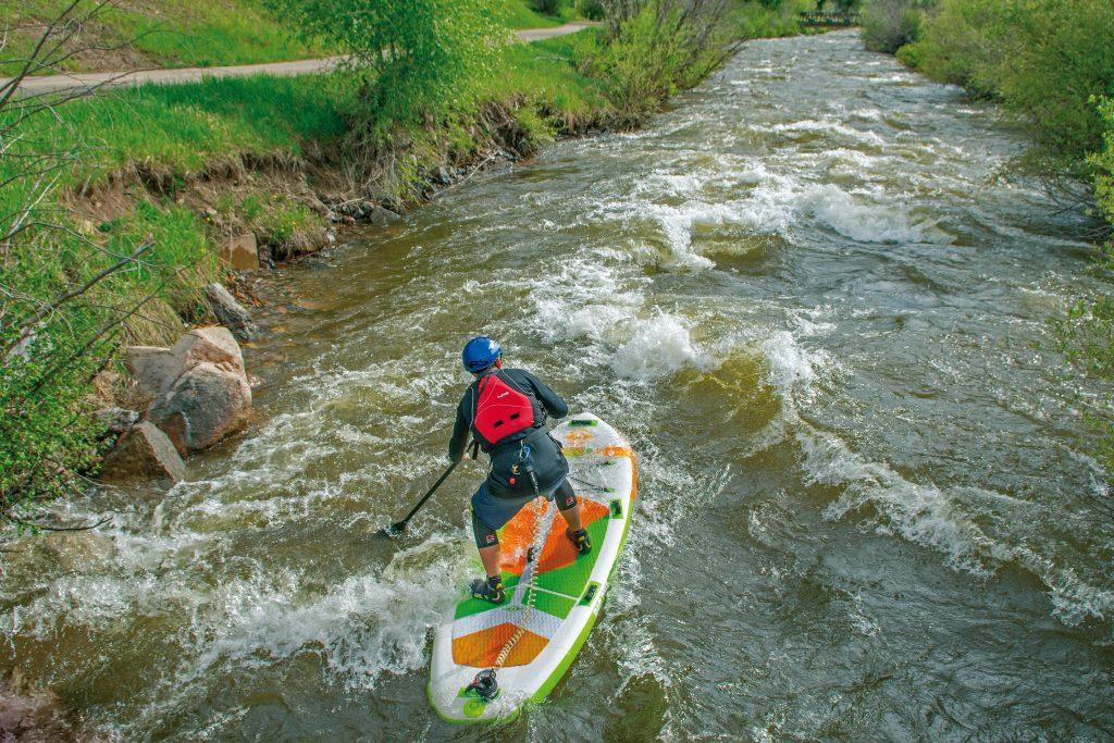 deska pompowana do plywania po na rzekach